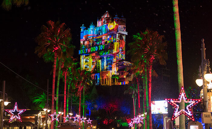 Natal na Disney 2019: Show de luz na incrível Torre do Terror no Hollywood Studios chamado de Sunset Seasons Greetings.