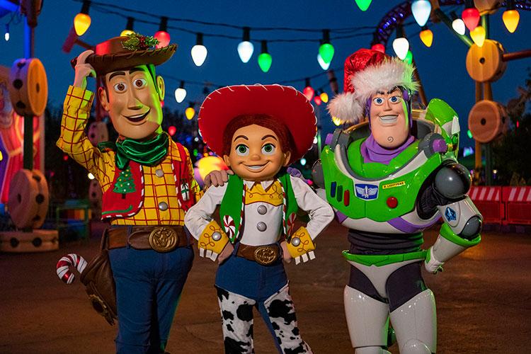 Natal na Disney 2019: Toy Story Land enfeitada de natal, no HollyWood Studios. Na foto estão o Woodie, a Jessie e o Buzz.
