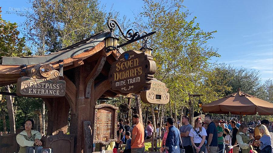 Foto da Entrada da atração Seven Dwarfs no Magic Kingdom.