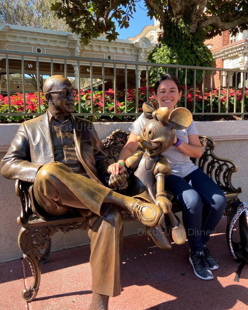 Como é a Main Street no Magic Kingdom Estátua Roy Disney