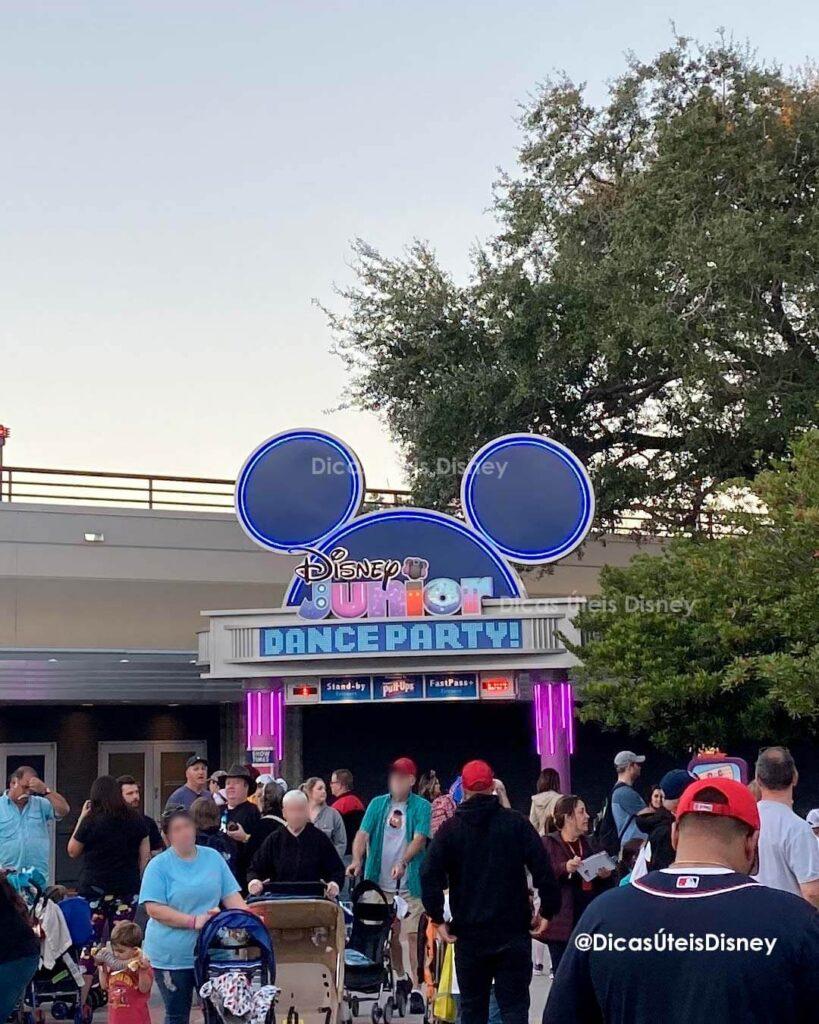 Como é a Animation Courtyard no Hollywood Studios Disney Junior Dance Party Entrada
