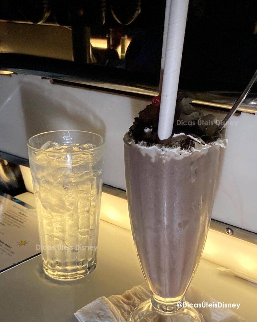 Como é a Commissary Lane no Hollywood Studios restaurante sci fi dine inn milk shake