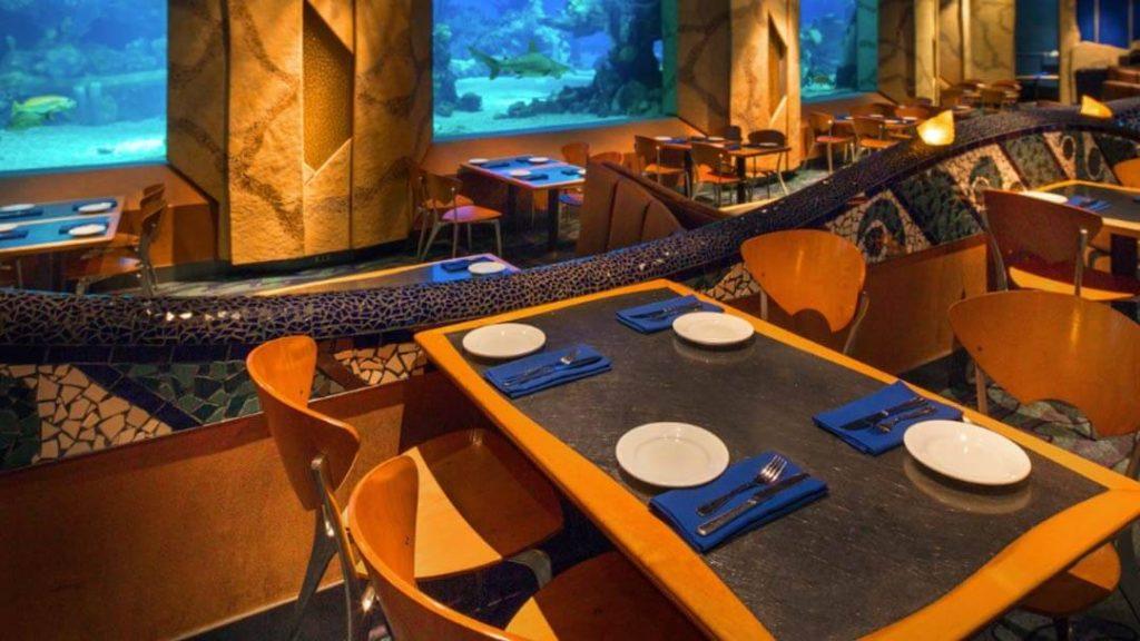 como-e-area-future-world-west-epcot-restaurante-coral-reef-interior-dicas-uteis-disney